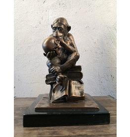 Affe mit Schädel - Bronzefigur
