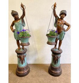 Flora Duett – Kinder mit Blumenkübeln