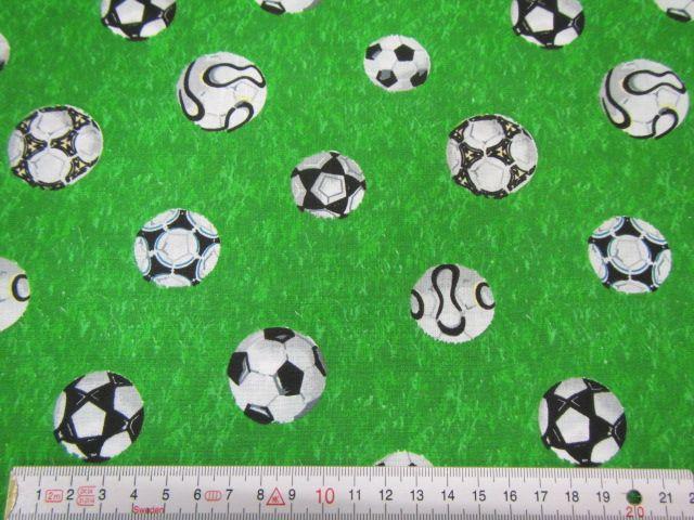 Patchworkstoff Fußbälle auf grun
