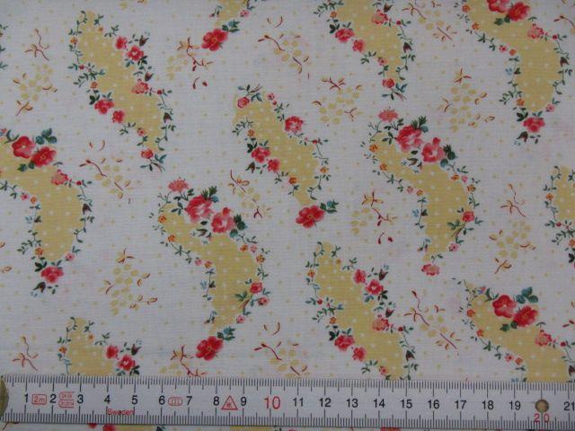 Patchworkstoff rote Blümchen auf gelben Feldern auf weiß