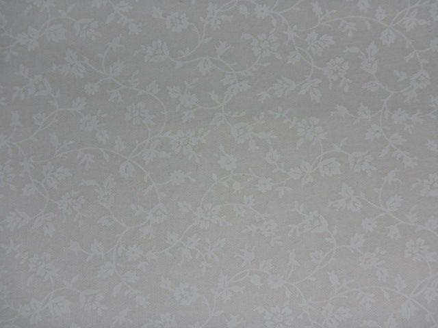 Patchworkstoff weiße Blumenranken auf weiß