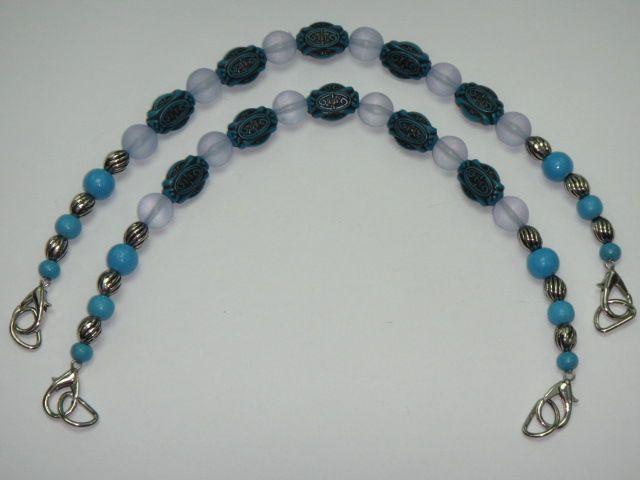 Taschenhenkel aus hellblauen und türkisfarbenen Perlen