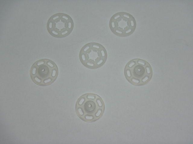 Weiße Druckknöpfe