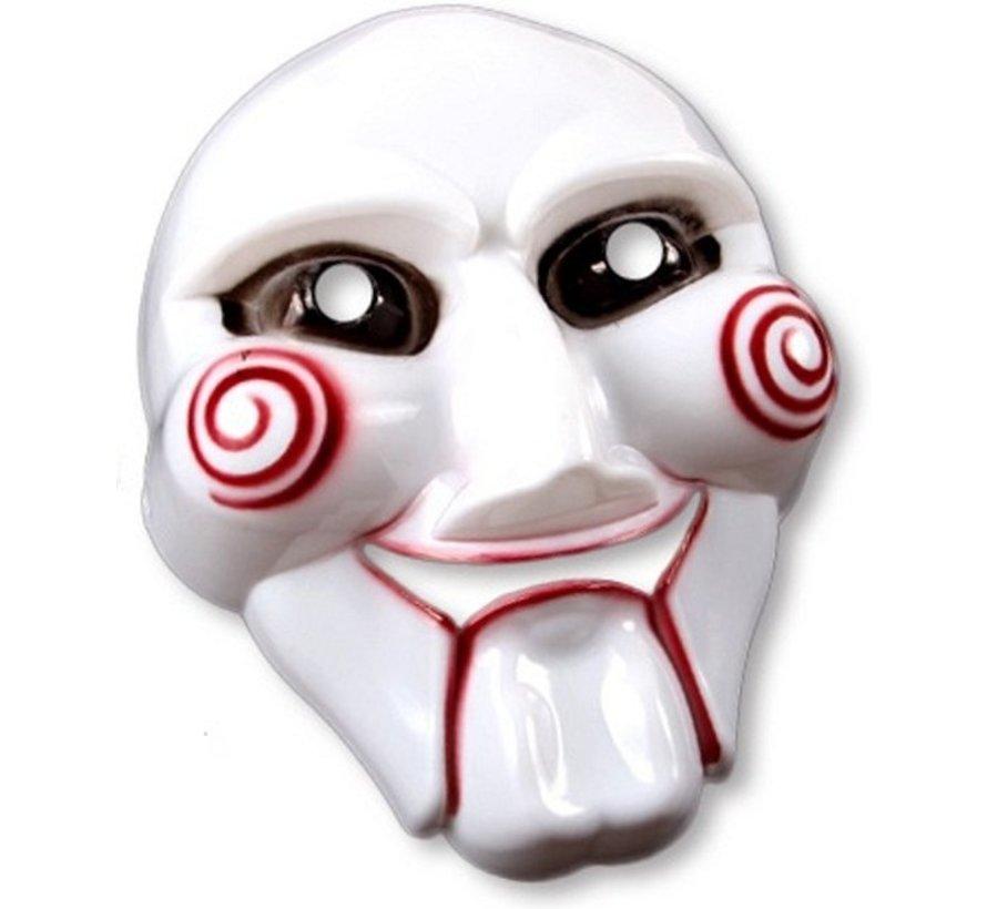 Ce masque de tueur psychopathe est en plastique blanc. Il représente un effrayant visage avec des spirales rouges imprimées sur les joues.  Ce masque possède des ouvertures au niveau des yeux et de la bouche pour plus de confort.  Il est rattaché à une ca