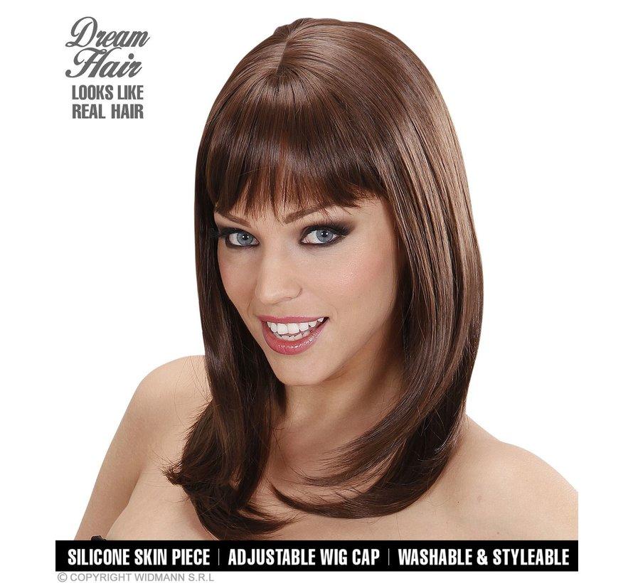 Hogere kwaliteit bruine pruik Ashley met een golvende steil en pony  - Widmann Pro Dream Hair