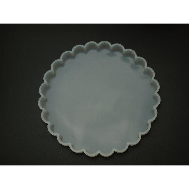 Silicone mold (33) round with scalloped edge 18.5 cm. thickness 1.4 cm.