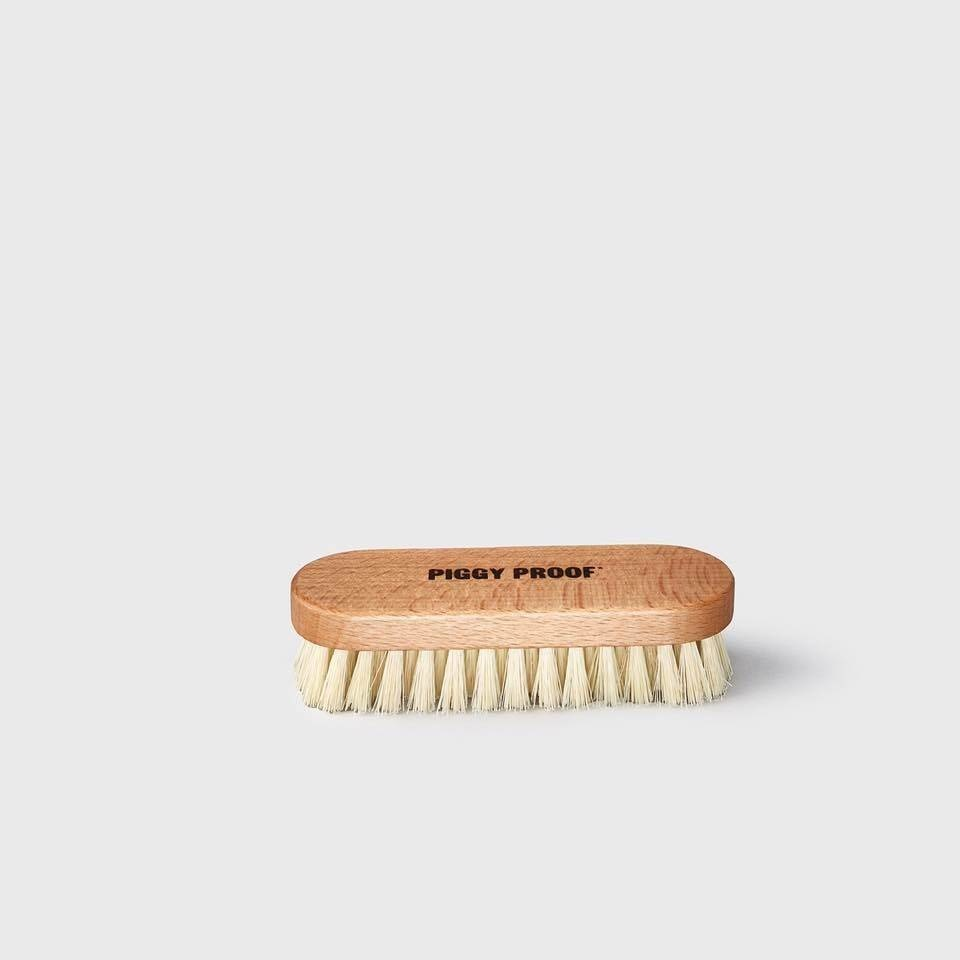 PIGGY PROOF 06 BRUSH TO CLEAN AND PROTECT