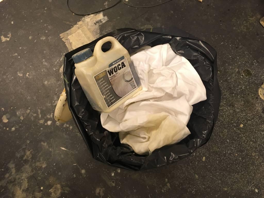 Wat doe je met pads of katoenen doeken waarmee je olie hebt aangebracht?
