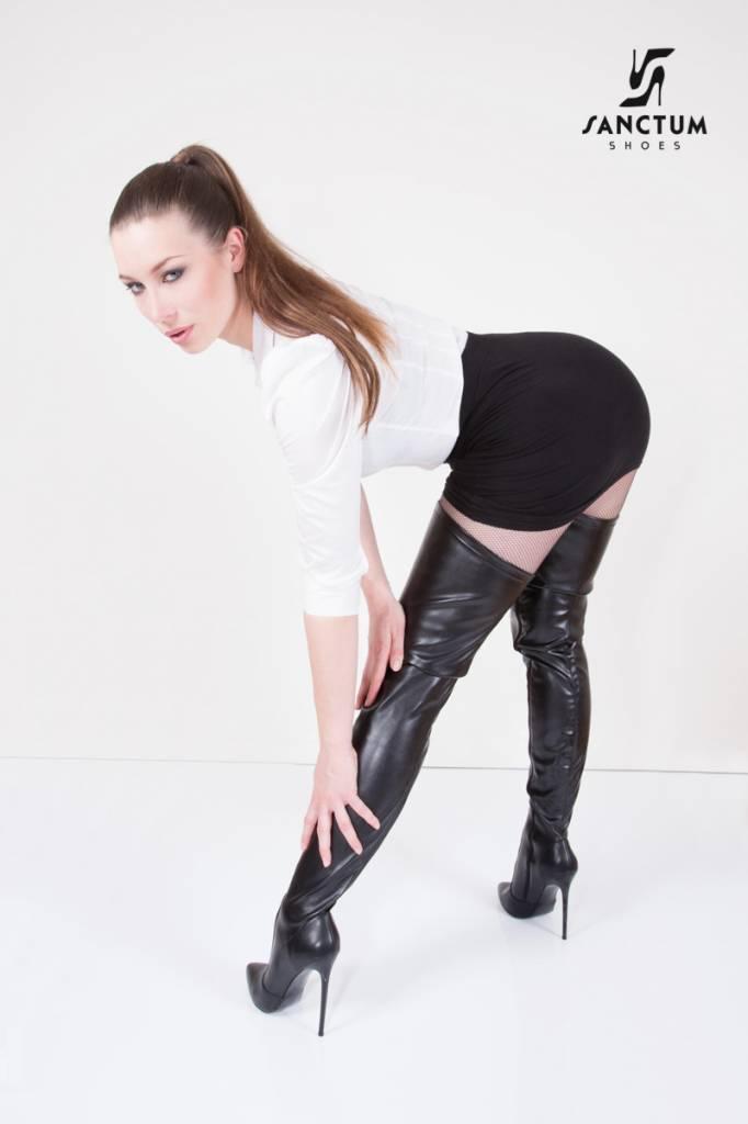 Giaro Kay Morgan draagt fetish laarzen op kantoor