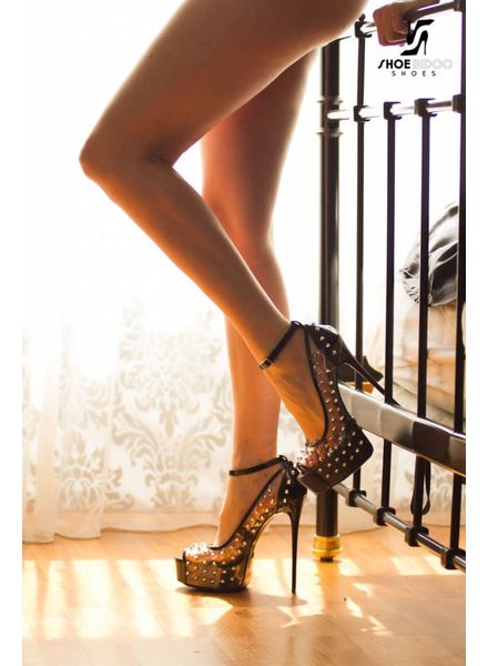 Giaro Model in met Galana studded platforms