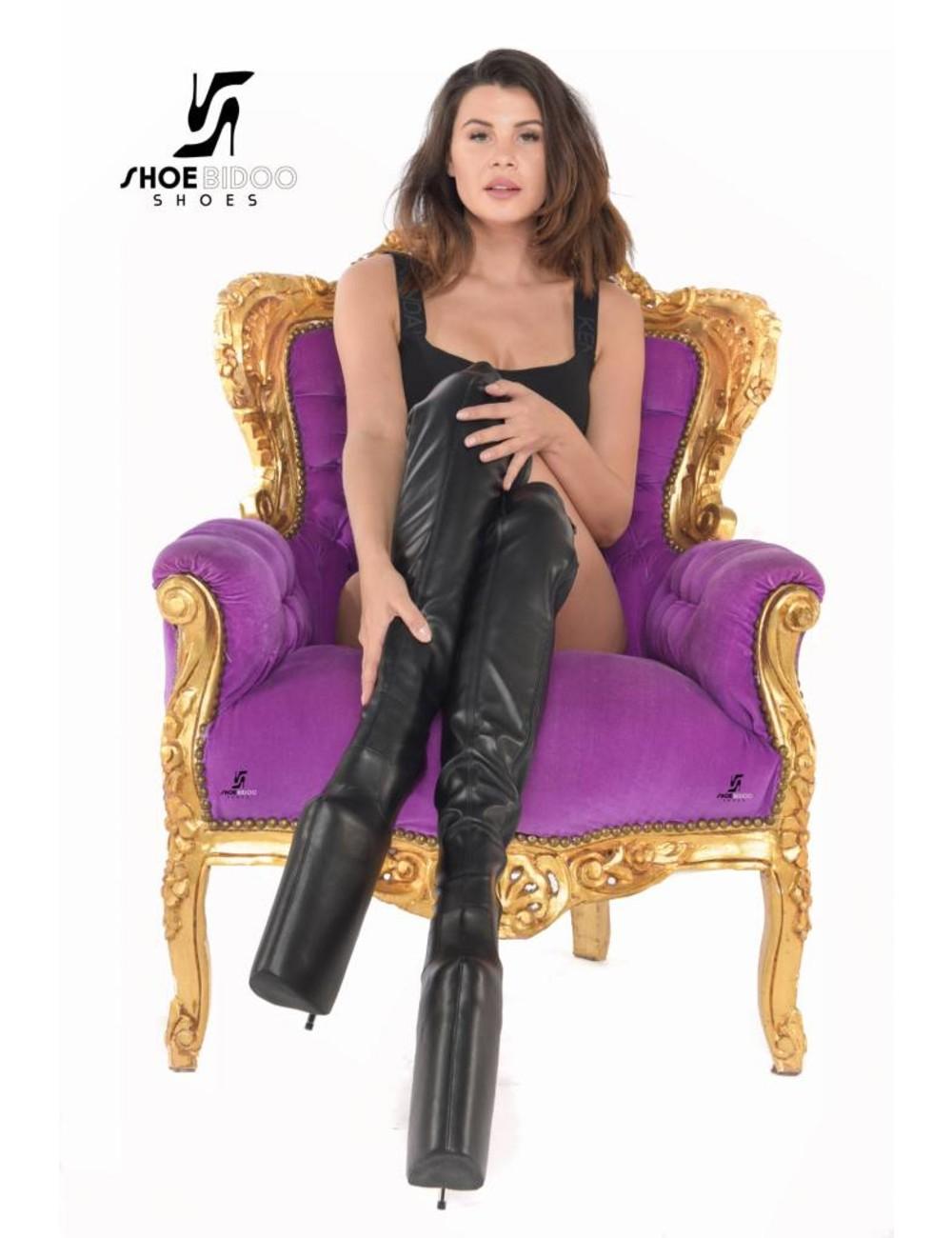 Giaro Olga trägt extreme High Heels