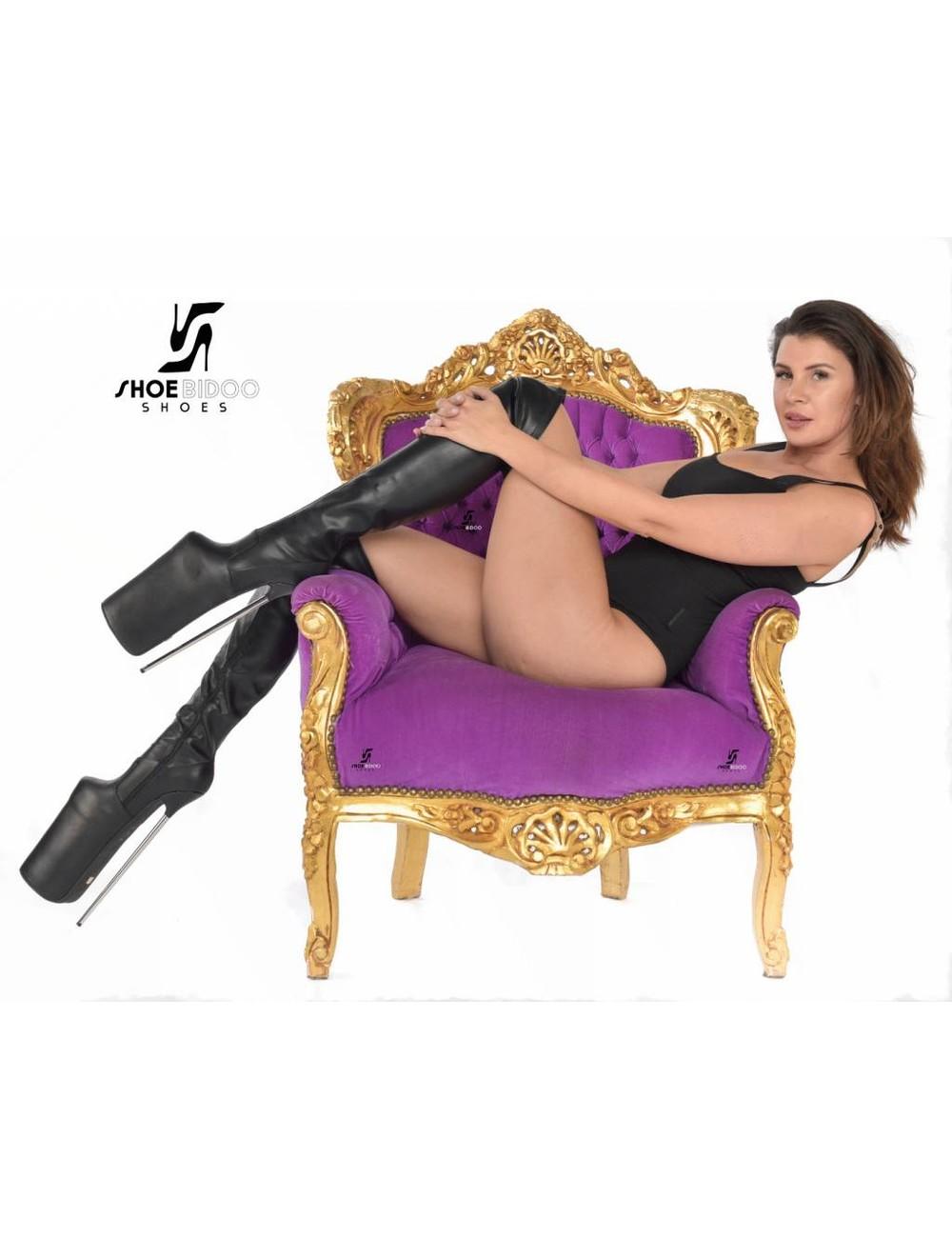 Giaro Olga draagt extreme hoge hakken