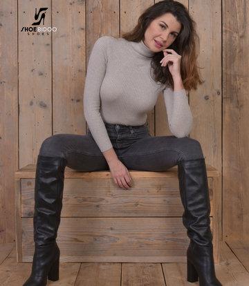 Olga in italienischen Lederstiefeln