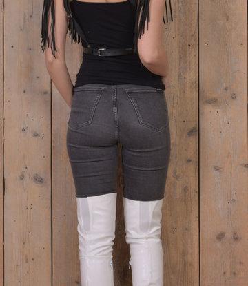 Olga in Jeans und Overknee-Stiefeln
