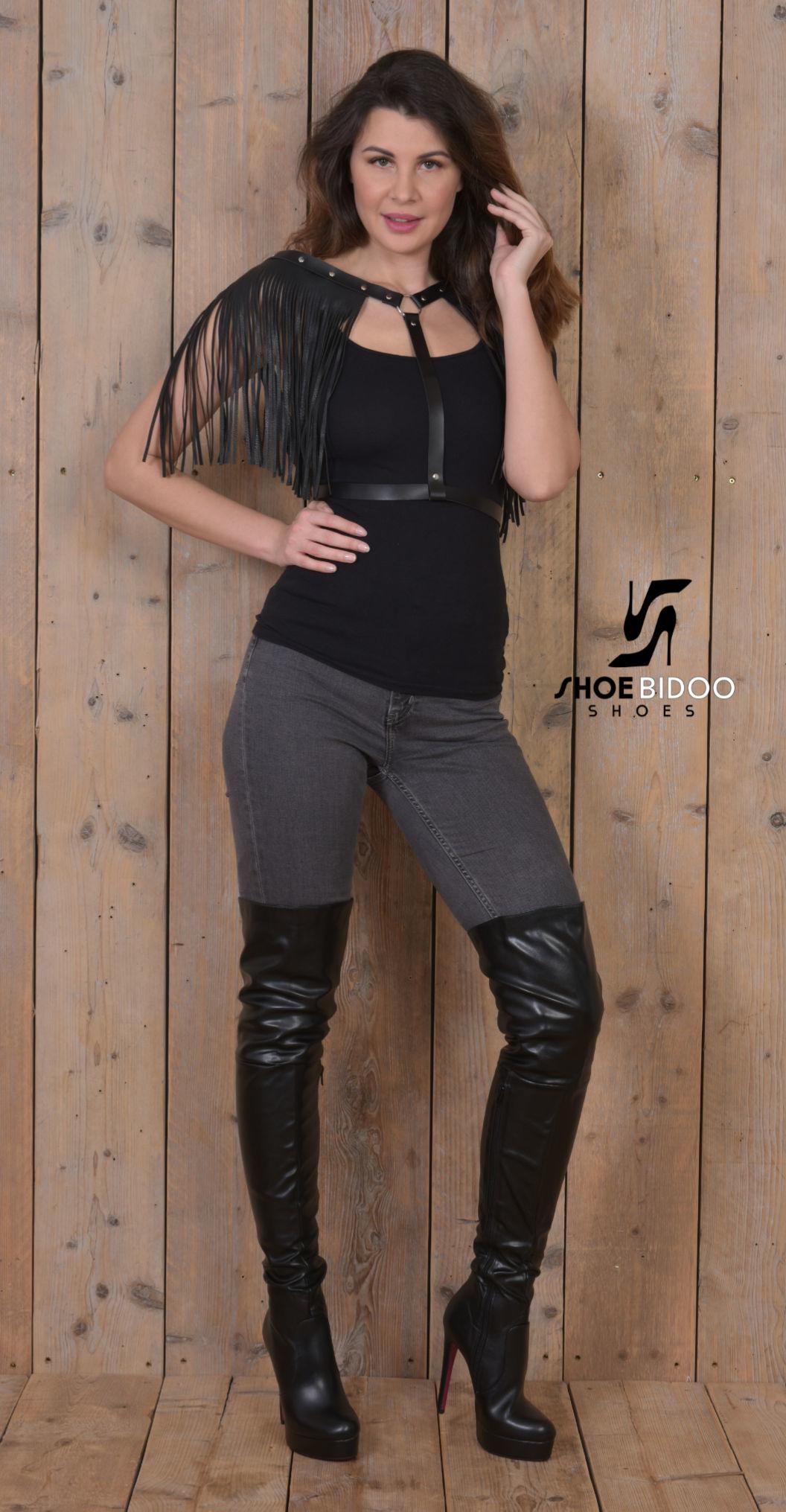 Olga in jeans en dij hoge laarzen
