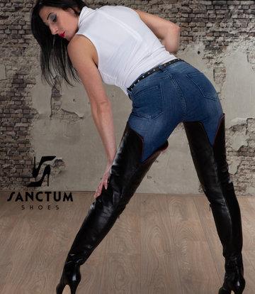 Sanctum Anita in schritthohen ISIS-Stiefeln