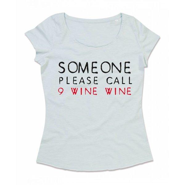Ladies T-shirt met print: Someone please call 9 wine wine