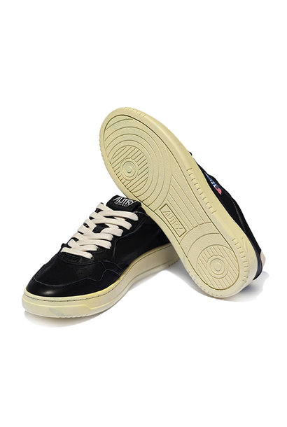 Medalist 01 Low Goat Black Leather