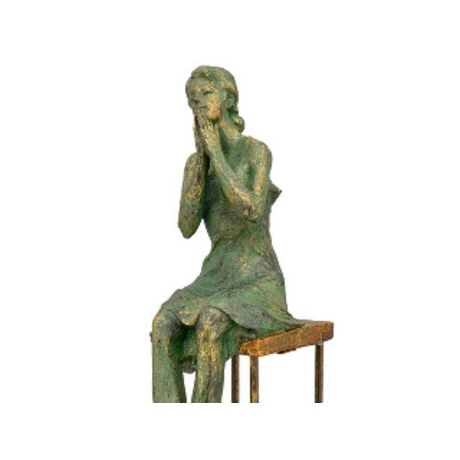 Vrouw op stoel, sereen