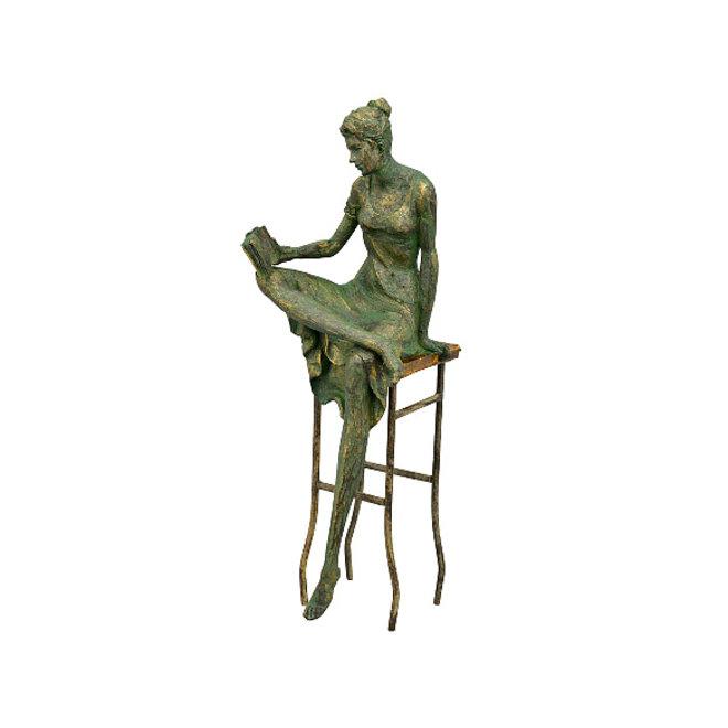 Vrouw op stoel, lezend