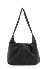 Tinne+Mia Cato Bold Crossover Bag with quote-black