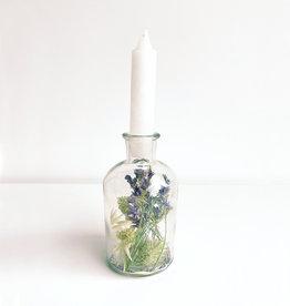 Vaasje met droogbloemen en kaars-white