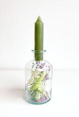 Vaasje met droogbloemen en kaars-green