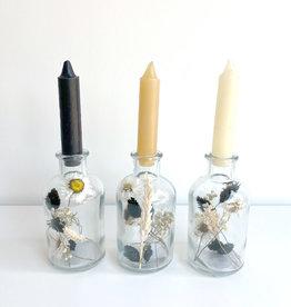 Vaasje met droogbloemen en kaars-black&white
