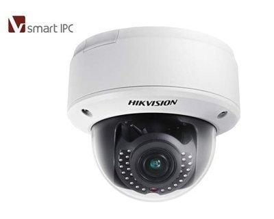 HIKVISION DS-2CD4112F IZ-4-line 1.3 mp Innenhaube Kamera ist mit schaltbarer IR-Beleuchtung ausgestattet. Die Dome-Kamera ist für den Innenbereich konzipiert. Die Kamera ist auch mit einem motorisierten Zoom-Objektiv 2,8 ~ 12mm @ F1.4, mit einem Betrachtu