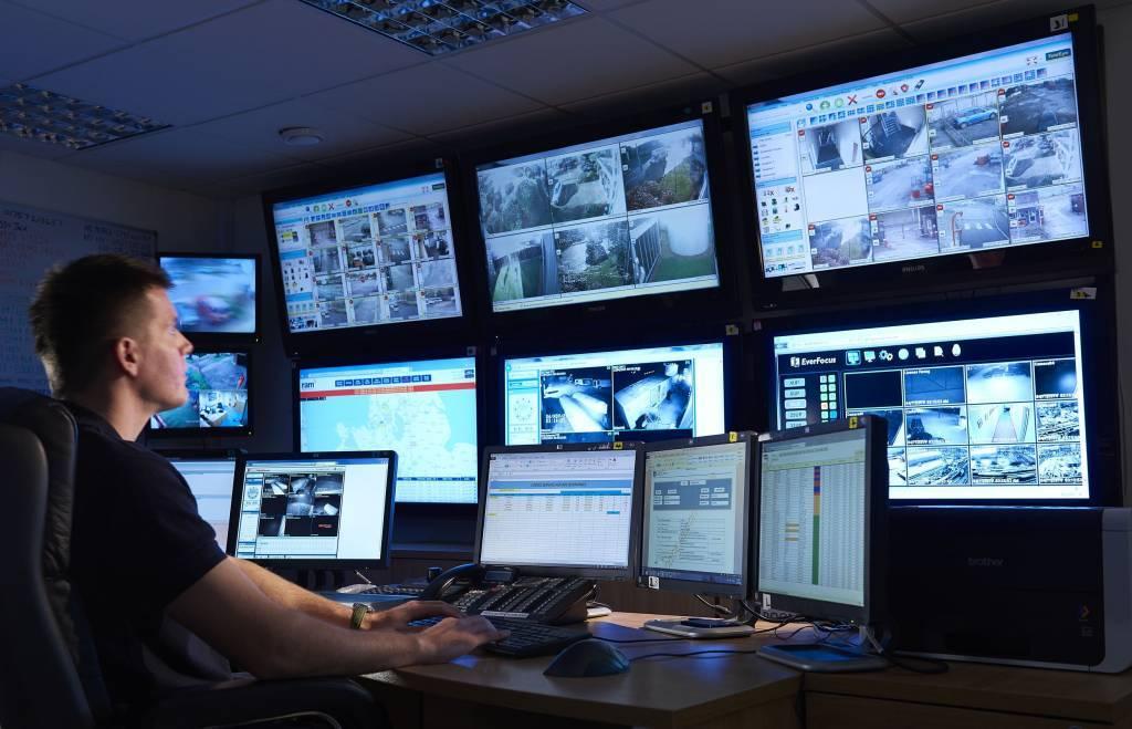 Service Centrale Nederland é uma sala de controle privada certificada e independente com operação nacional, com a qual nós, especialistas em sistemas de alarme, trabalhamos juntos. Além do processamento de alarme de sistemas de alarme regulares, o Service