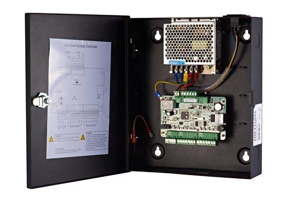 ¡El control de acceso de Hikvision combina todas las disciplinas en un VMS, un paquete de software! Además de video e intercomunicador, esta adición también permite el control de acceso. La elección del espacio para controladores de puertas, lectores de t