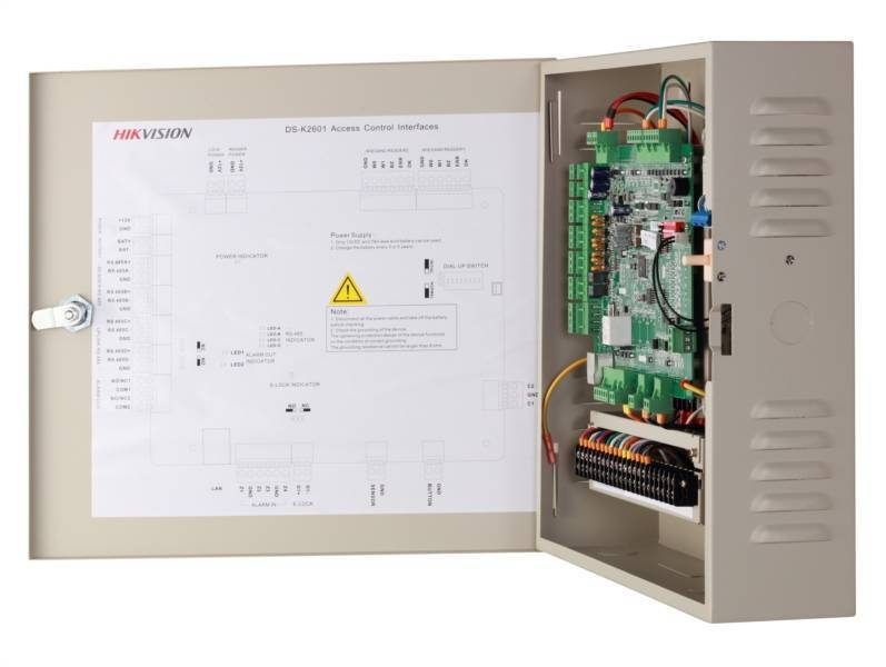 Hikvision access control combines all disciplines into one VMS, one software package! In addition to video and intercom, this addition also allows access control. The choice of space for door controllers, card readers, fingerprint scanners and other innov
