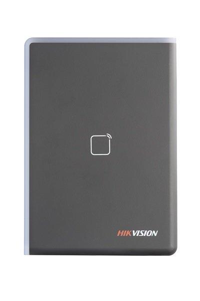 De DS-K1108E is een kaartlezer uit de toegangscontrole lijn van Hikvision. De kaartlezer kan aangesloten worden via RS-485 of Wiegand.  <br /> De fraai vormgegeven kaartlezer kan zowel binnen als buiten worden toegepast. De kaartlezer kan EM kaarten lezen en a