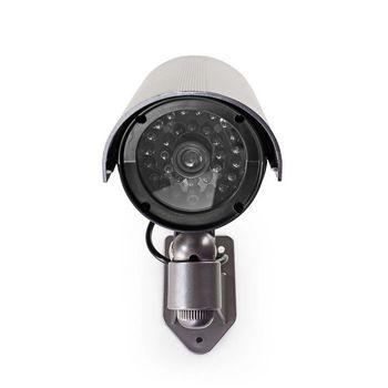 De dummy-buitencamera heeft een professioneel ontwerp met een ingebouwde knipperende LED en een zeer realistische afleidings-IR LED, die helpt inbraak te voorkomen. Het werkt op twee AA-batterijen en is eenvoudig te monteren met de meegeleverde beugel.