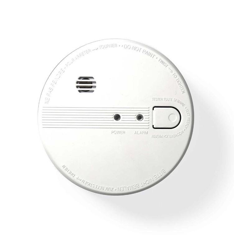 Este detector de humo óptico de Nedis® le ofrece total tranquilidad. Este detector de humo se puede conectar a otros doce detectores para monitorear un edificio completo. El detector de humo funciona con la red eléctrica pero tiene una batería de respaldo