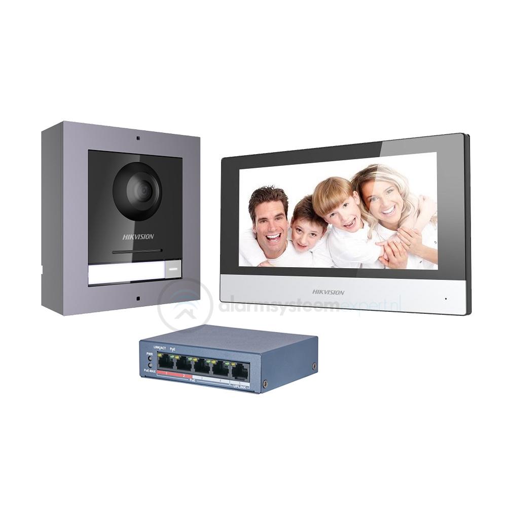 """Dans ce kit d'interphone complet de Hikvision, vous trouverez une unité extérieure anti-vandalisme, une unité intérieure de luxe avec écran HD 7 """"et le commutateur PoE à 4 canaux."""