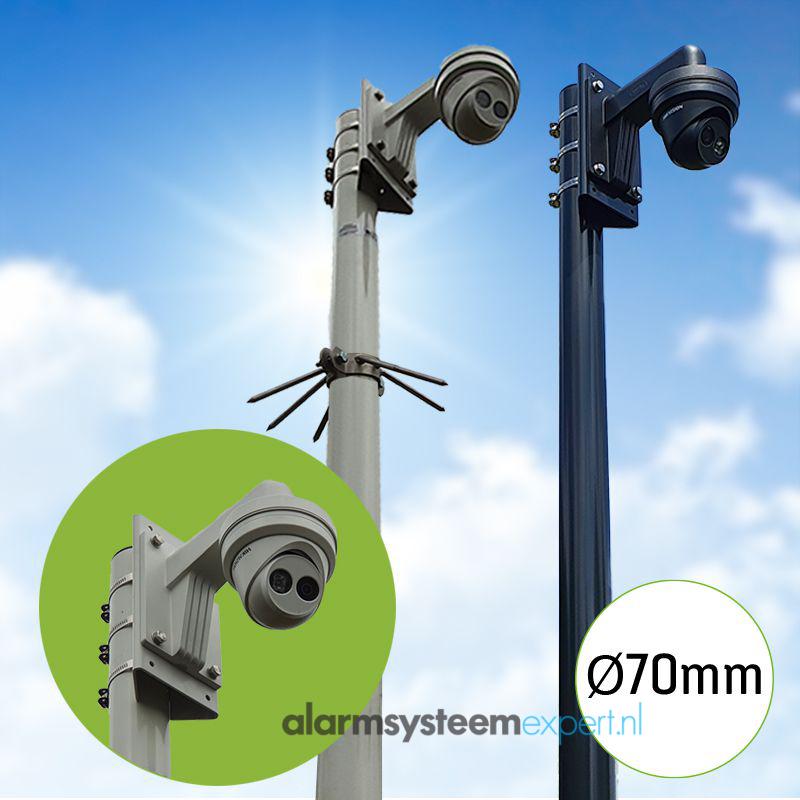 Deze cameramast is verkrijgbaar in meerdere lengtes variërend tussen de 3 en 5 meter. Hij is standaard uitgevoerd met kantelanker. In de voetplaat van het kantelanker zit een gat met een diameter van 20 mm, hier kunt u de kabels doorheen trekken. De mast