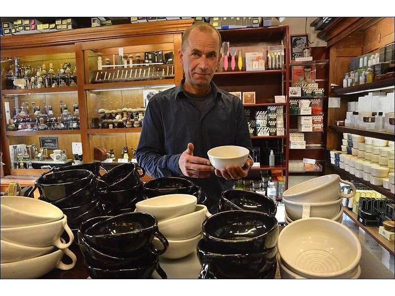 Schwarzweisskeramik handgemaakte zwarte scheerkom met handvat