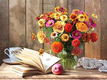 Hoe maakt u een prachtige vaas met kunstbloemen?