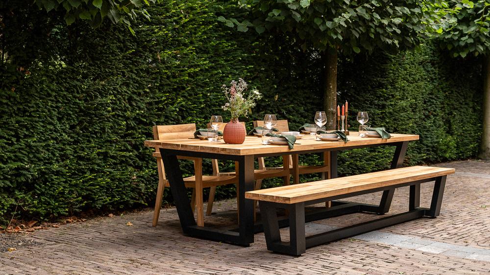 Wolfwood tuinmeubelen George tuintafel met George tuinbank en St Tropez tuinstoelen
