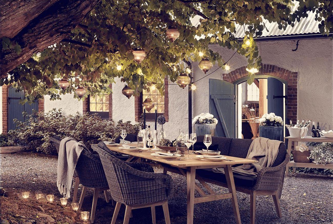 Romantisch buiten eten met sfeervolle lampen