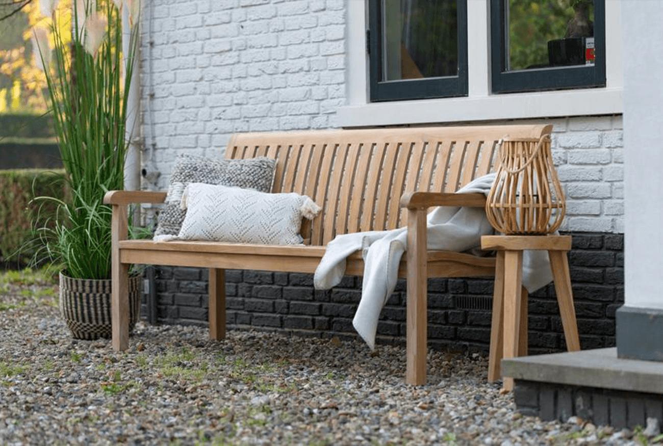 De Engelse tuinbank, perfect voor in een klassieke, romantische tuin