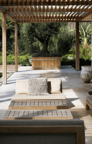 Natuurlijke tuin met houten tuinmeubelen