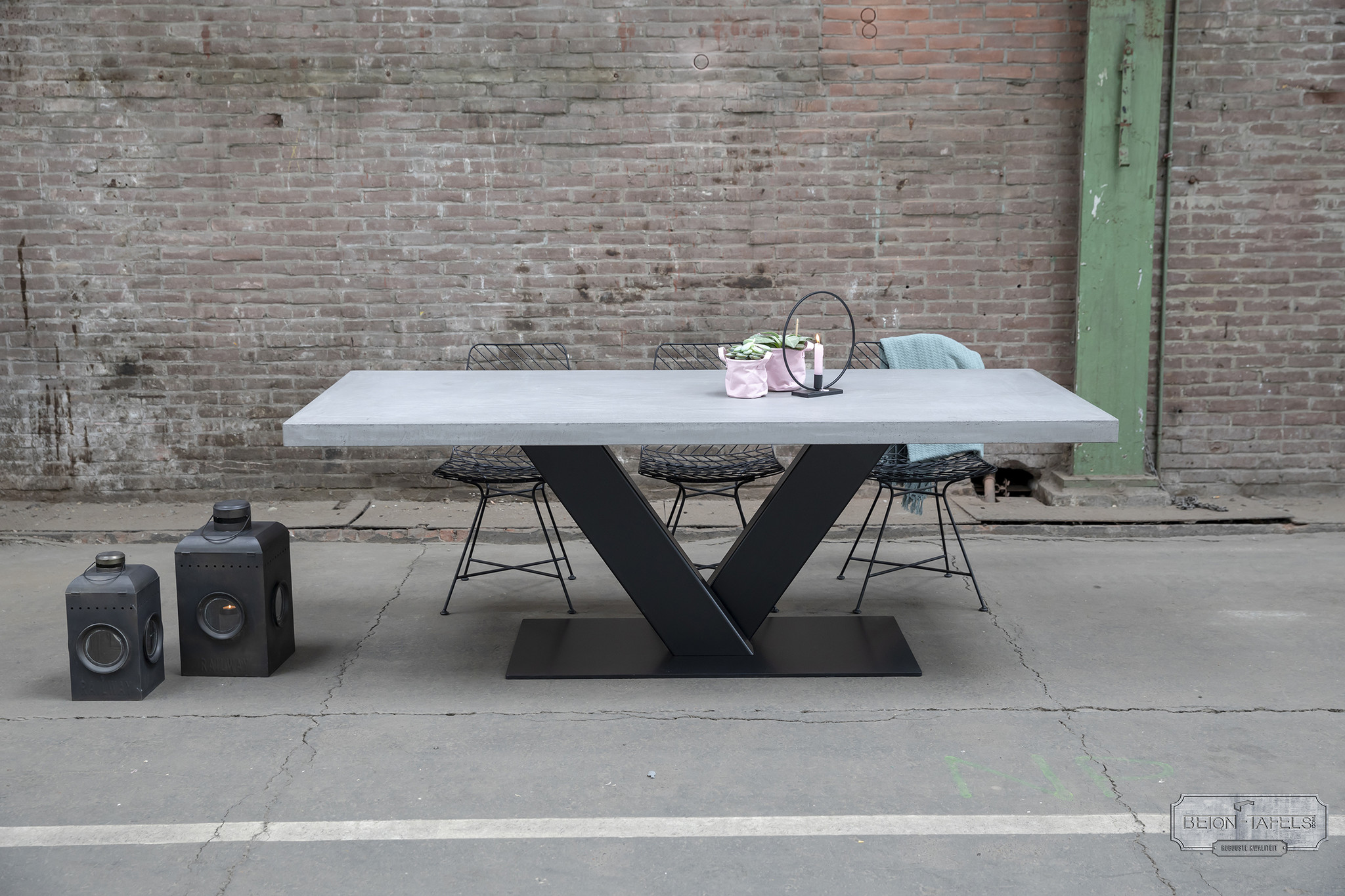 Betonnen tafel met stalen V heavy poot