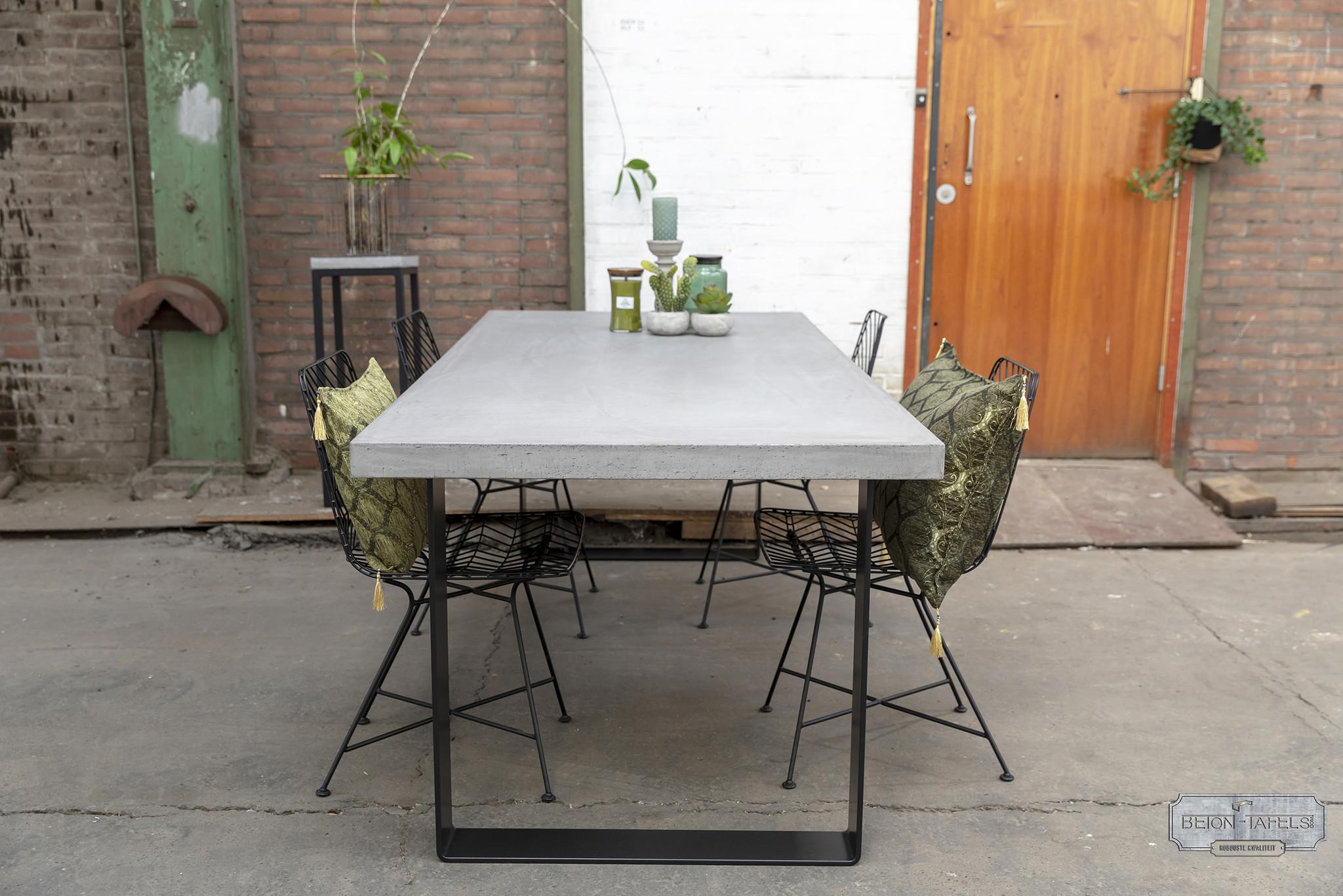 Betonnen tafel met stalen strip tafelpoten
