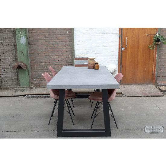 Beton-tafels.com Betonnen tafel met standaard stalen trapezium poten