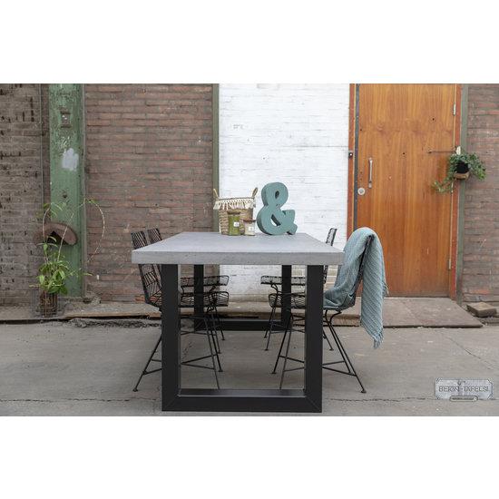 Beton-tafels.com Betonnen tafel met zware stalen U poten