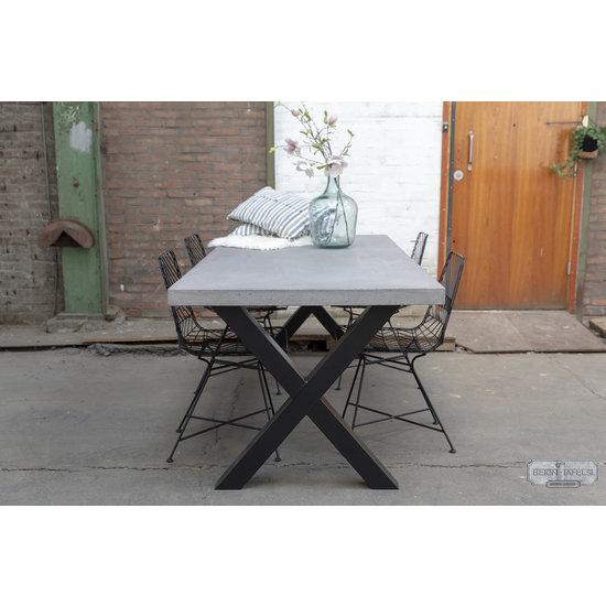 Beton-tafels.com Betonnen tafel met standaard stalen kruispoten