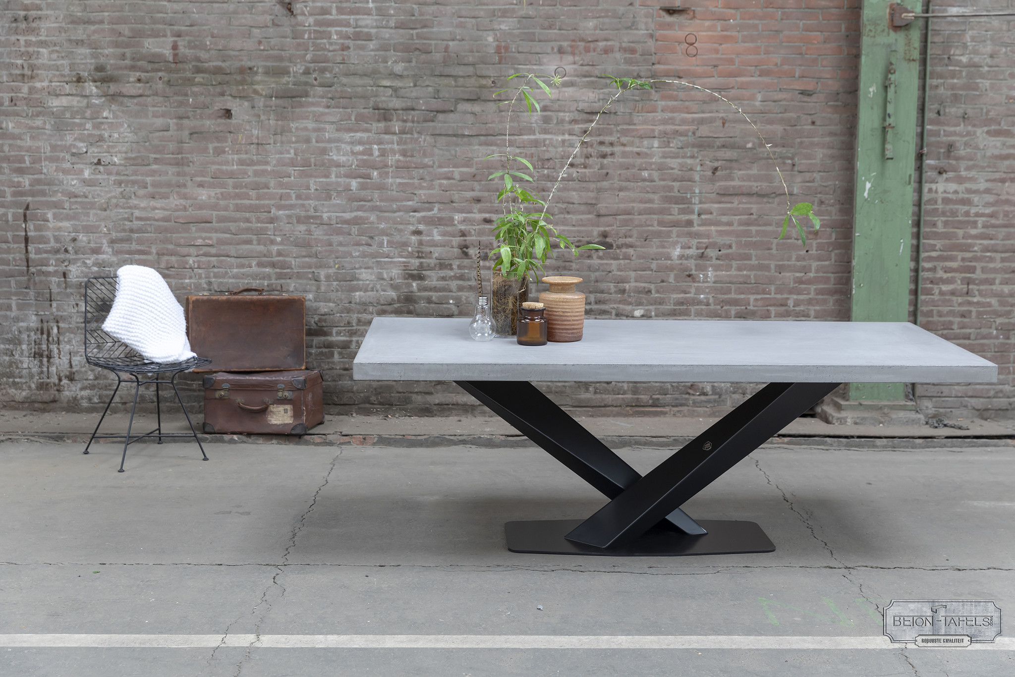 Betonnen tafel met stalen twisted V poot