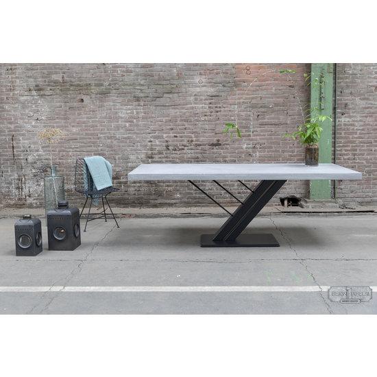 Beton-tafels.com Betonnen tafel met stalen harp poot